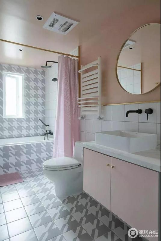 主卫粉嫩色调贯穿整体空间,千鸟格纹砖搭配黄铜件营造出时尚ins风品味,再加上粉色浴帘与盥洗柜组合,让空间裹挟着甜美。