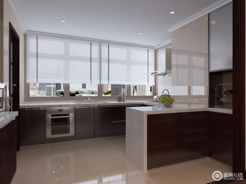 厨房半开放式的设计,让整个空间愈发通透,再加上大面积窗户的设计,更为明快;褐色厨柜与白色台面构成色彩对比,却令空间十分规整、实用。