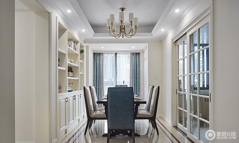 餐厅里方形餐桌非常符合空间格局,背景入墙的酒柜格子架与玻璃推拉门形成视觉平衡,诠释出对称之美;素雅的蓝色窗帘与餐椅靠背相呼应,带来典雅气质。