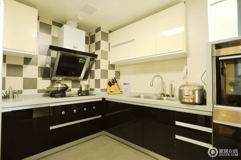 厨房在视觉色彩上,注重深浅的搭配,黑色的橱柜柜面与墙面形成层次,马赛克砖的铺贴更添时尚感。