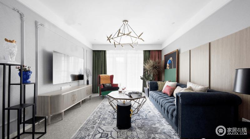 客厅以白色和灰色为基调,加以绝佳的采光性,营造敞亮明净的空间氛围;藏蓝色布艺沙发充满古典气息,与地毯将复古优雅的韵味完美诠释,而个性的金属吊灯和茶几与彩色拼接的扶手椅,墨绿色窗帘赋予空间新的活力,也张扬着一种贵气。