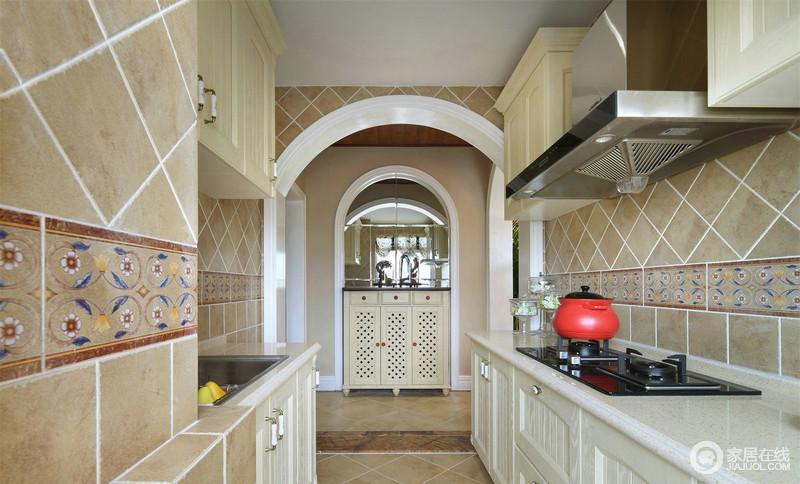 开放式大厨房因为连环的拱形结构更为立体和生动,通向走廊,敞亮而大气,也更有层次;墙砖以菱形的设计增加墙面动感,乳白色橱柜与驼色仿旧砖的朴素,应和着橱柜,低调而实用。