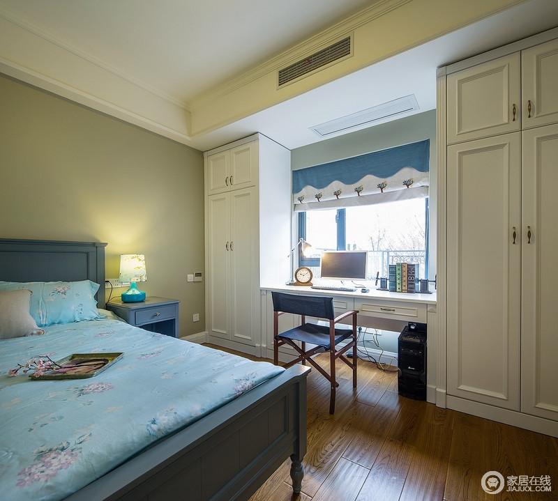 儿童房衣柜和书桌的组合设计节省空间且不失美观,发挥了功能性设计的主张,衣柜靠近窗户,蓝色窗帘搭配美式家具,简洁而温馨。