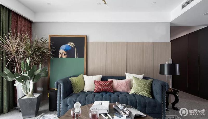 沙发背景墙由木饰面分割,细腻的纹理提升空间品质,也带来了干净利落的线条感;超大的人物挂画意韵满满,成为客厅空间亮眼的所在,与彩色靠垫组合在一起,为生活增添了不少愉悦感。