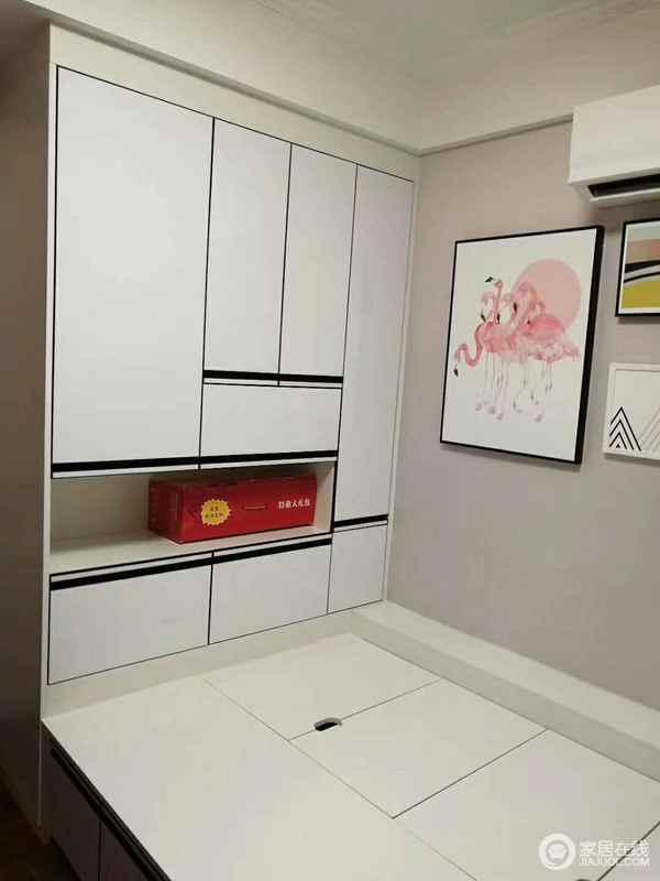 设计师用榻榻米加置物柜一体式设计,满足小书房的多功能需求;干净的白色与墙面的浅粉色在时尚的挂画装饰下,显得清简淡雅。