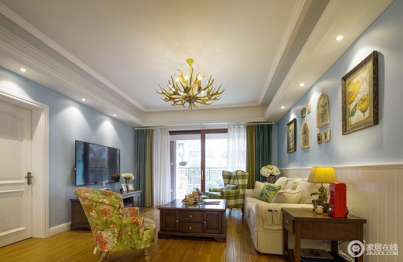 整个空间的墙面选用了淡淡的蓝色,小清新范儿十足!精致的吊灯看起来并不突兀,看似不规则的造型与整体空间十分和谐,颜色十分鲜艳的沙发不但没有影响整体的搭配的感觉,反而让你觉得耳目一新的感觉。
