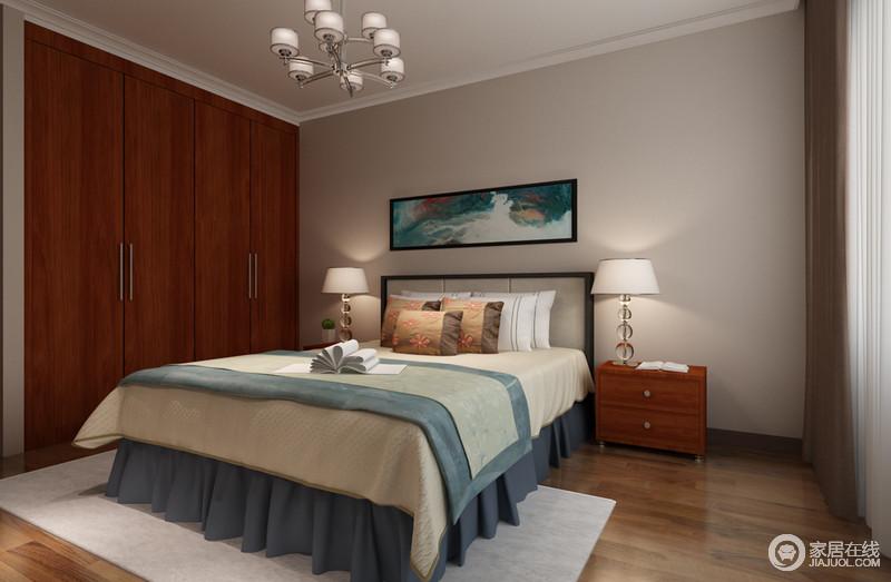 卧室以驼色漆粉刷空间,与原木地板构成朴质,胡桃木衣柜的平整,令空间愈加愈加大气;中式挂画的色调与床品相和,为空间增添了一抹清新。