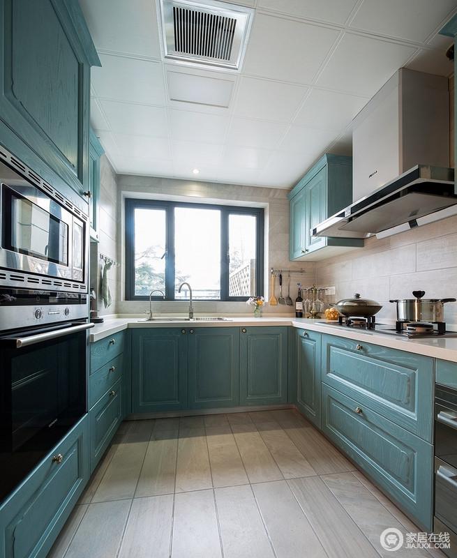 厨房墙面选用了米色仿古砖,与蓝色橱柜搭配尽显时尚大气的感觉,亮色的空间不失水蓝色的清灵,一改厨房的原始状态。