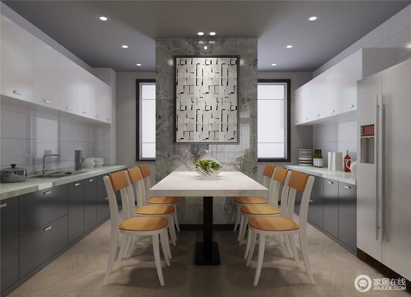 原先的厨房狭小拥挤,将墙体打通后保留中间承重部分,实现餐厨一体化,使烹饪与飨食空间变得通透明快。橱柜的灰白色调与餐椅的橙黄,也与客厅的色调保持呼应。