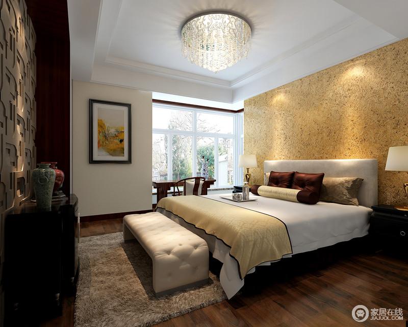 次卧利用肌理紊乱的壁纸,营造出粗糙的自然感,带来随性的意味;电视墙则以立体凹凸铁艺装饰,粗犷中与床头墙面相得益彰。一盏流光溢彩的顶灯,散发着光华落在床品上,透着简洁的温暖舒适。