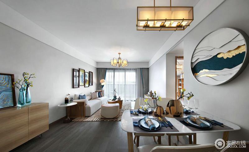 映入眼帘的客厅给人的感觉是简洁,宁静致远,客餐厅的吊顶统一和谐,整体感觉通透明亮,心旷神怡。