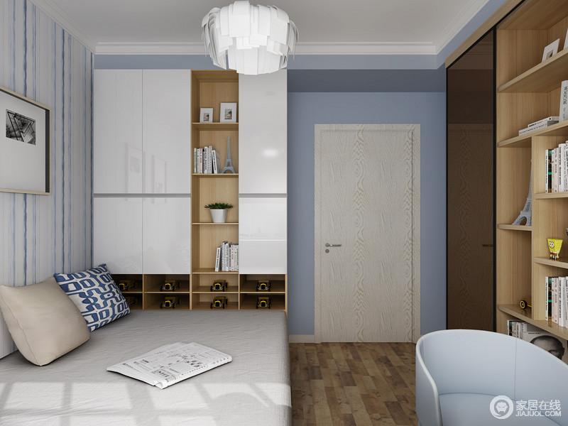 空间在蓝白主基调的基础上,运用原木地板和书柜的设计,来平衡空间的功能和艺术氛围设计,和谐之中,满是利落。