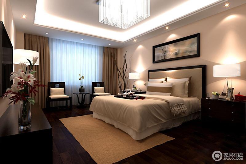 中式风格的卧室,顶部吊顶中间为正方形的水晶灯,四周皆有小灯装饰,让卧室休憩氛围平和又静谧;窗户处放置了两把古典椅,地板上还铺了一层驼色地毯,整个房间看上去非常的沉稳。