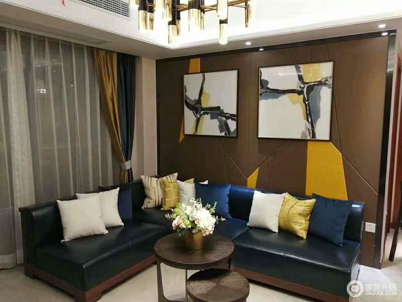 深墨绿色的皮质沙发,以L型摆放无形中扩展了客厅紧凑的使用空间,并与靠包、背景墙上的深驼色软包制造出极强的视觉层次;装饰画的点缀,平添几分艺术气息。