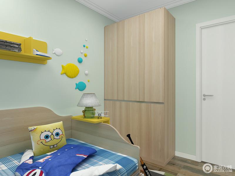 活动的推拉边柜,多了更多储物可能性,墙上开放格将一些杂乱的小东西统统收容在里面,保证房空间的整洁性。