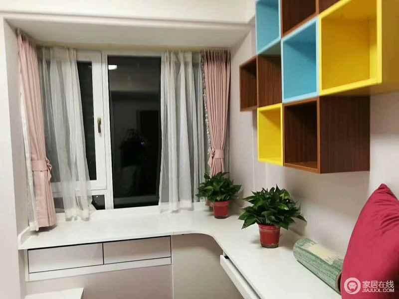 书房的另一侧将飘窗做了设计,同样增加了置物功能;墙面上悬挂着多彩的格子架,为空间装点出时尚活力。