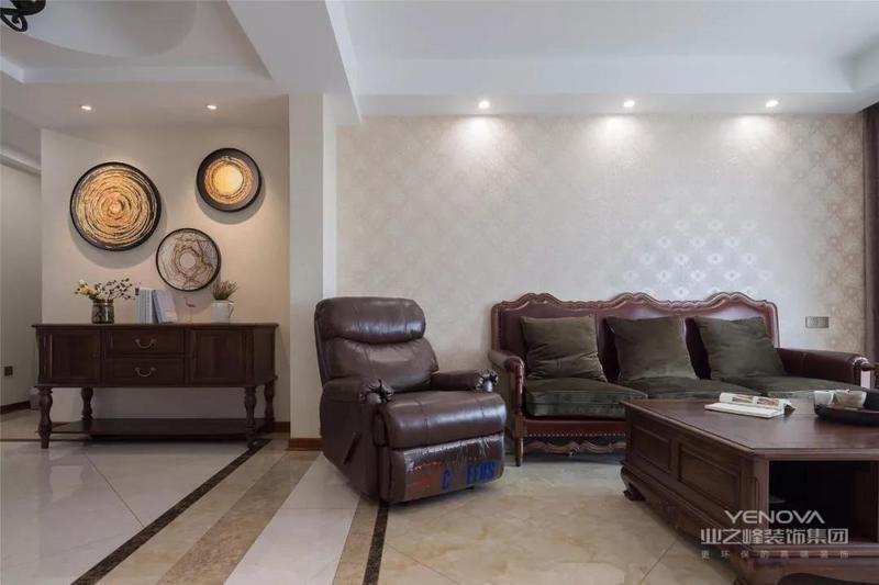 这是一套114平米的房子,整体以端庄华丽的美式风格空间为主,通过档次稳重的家居布置,营造出一个充满稳重与成熟味道的空间氛围。