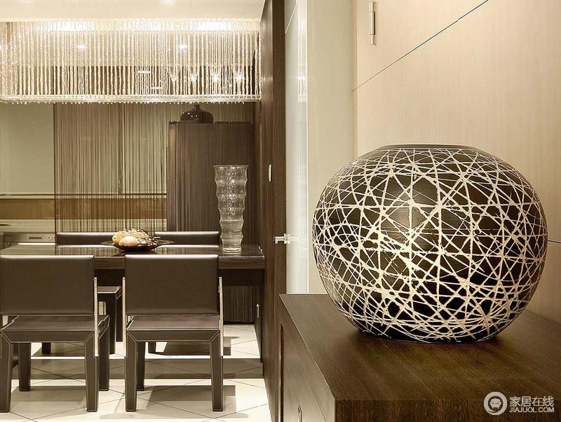 餐厅开放式的设计,不显得压抑,反而更为自在,褐色餐椅组合搭配橱柜上的球形落地灯,简约而充满了情调,让生活更为轻松。