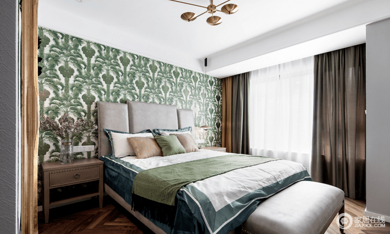 主卧的背景墙以绿植图案来渲染生机活力,加以灰色皮质软包床头、金色抱枕的点缀,与褐色窗帘搭配出了沉稳和复古典雅;人字形地板铺贴在视觉上有拉伸空间的效果,增添优雅高级的质感,让生活更为温馨。