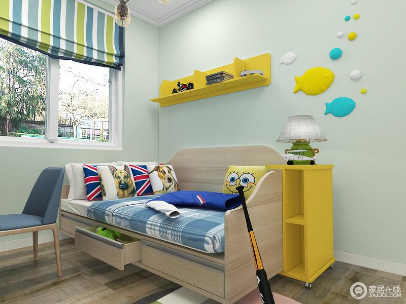 空间粉刷成为了浅绿色,搭配蓝绿色条纹窗帘,让空间活力而生机;黄色收纳架和边几实用为尚,并因为小鱼配饰,让空间足够活泼。