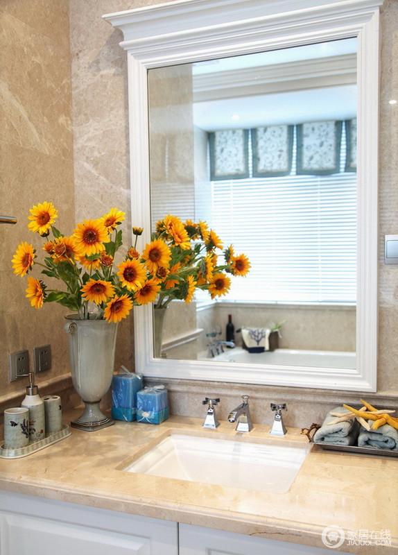 盥洗室配上新鲜的小向日葵,体现了屋主朝气满满的生活态度。