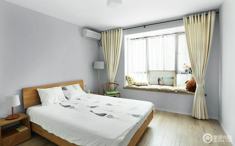 主卧采用大面积的原木色,如地板、床、床边柜、甚至灯和窗帘都是木色,阳光透过飘窗稀稀落落照了进来,就算在家,也能感受置身自然的美妙。