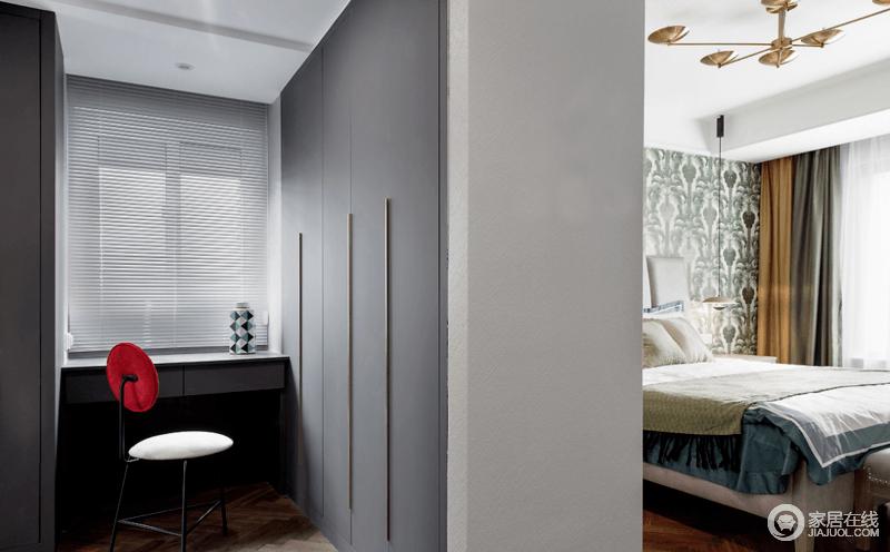 衣帽间以灰白色调打造空间,简约而不简单,收纳式储物设计给生活带来了极大地便利,整洁利落的设计十分素雅,个性的单椅为空间增添了一抹红,与几何陶罐让生活更具艺术感。