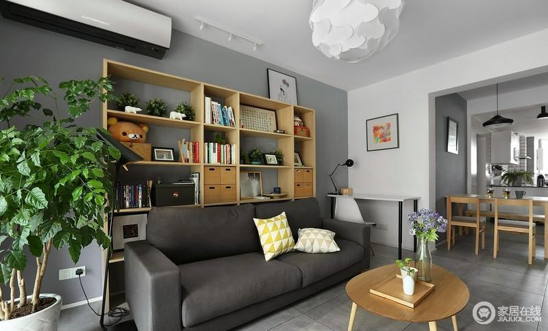 我想拥有一面墙的落地大书柜,但我没有书房,设计师结合业主的阅读习惯及需求,将落地书柜放在沙发后侧,可以说既满足了主人的生活之需,又让空间具有文艺气息。