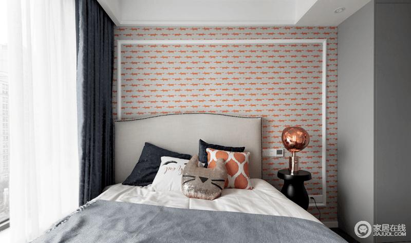 儿童房也以浅灰色调为基础,但是通过壁纸和窗帘,为空间加入了藏蓝色与橙色,让空间沉稳而不失活力感。