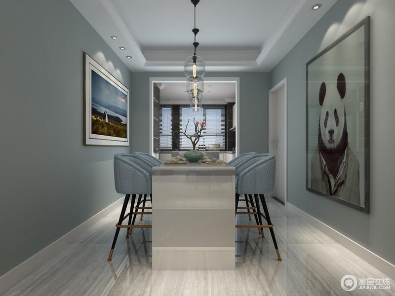 设计师对于简洁做到了极致,却并不会让人觉出单调感。天蓝色金属餐椅在大理石餐桌围绕下,显得时尚又摩登;大幅装饰画填补了浅蓝墙面的空旷感。深深浅浅蓝之中,空间显得时髦前卫。