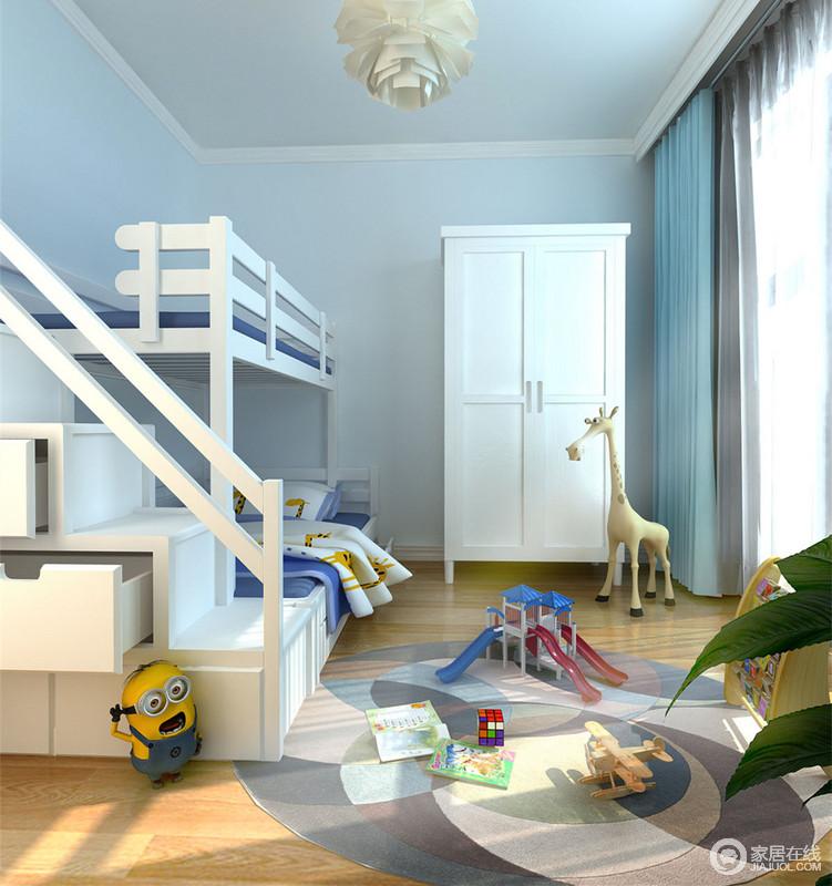 灰蓝与白色的组合,让空间时尚活力;简约的家具布置,空余出大面积活动区域,让儿童在空间中充分具有玩乐空间;木质地面温和适宜,健康环保;圆形色块地毯映衬着散落的各种玩物,童趣活泼呈现。