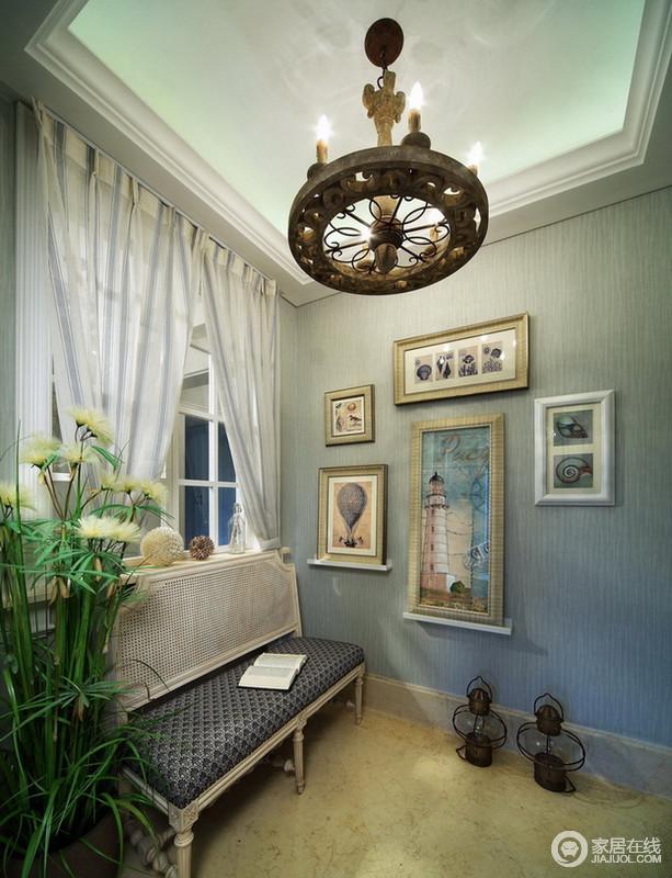 空间灰蓝色的壁纸营造出清隽感,白纱幔增加了空间的灵感,艺术画与绒绒的植物增加了空间的生活艺术气息,长凳配置,让人只想在这里,享受着美好的一刻。