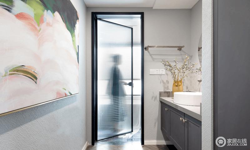 卫生间干湿分离,干区墙面以一幅气质挂画装点,柔和明丽,增添清新文艺的气息;透光的玻璃门设计不仅不会影响干区的采光,还带来了朦胧的美感,让生活处处充满精致。