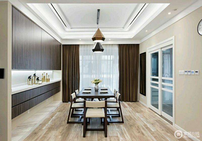 仿木纹瓷砖带来的自然感,烘托着实木餐桌椅,带来沉稳大气的空间气质;一侧的酒柜入墙,悬挂式的设计让黑胡桃木柜门与白色理石背景形成对比,展现出丰富的层次感。