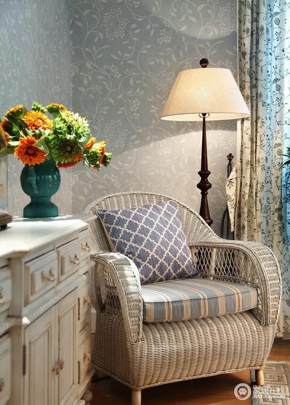 客厅的一角,灰蓝色壁纸的自然风情,与条纹木椅、落地灯构成清淡,家具错落有致的空间位置,也让人感受到设计感,同时,多了地中海的温情。
