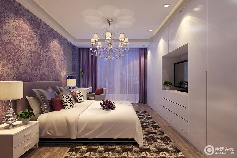 卧室衣柜结合电视墙,以环绕隐形方式打造简洁储物,纯净的白色与床品清新呼应;而床头墙面、窗帘和局部靠包,则大面积运用神秘多情的紫色,演绎空间氛围,在精致的印花和地毯马赛克图案的营造下,空间层次鲜明且浪漫多姿。