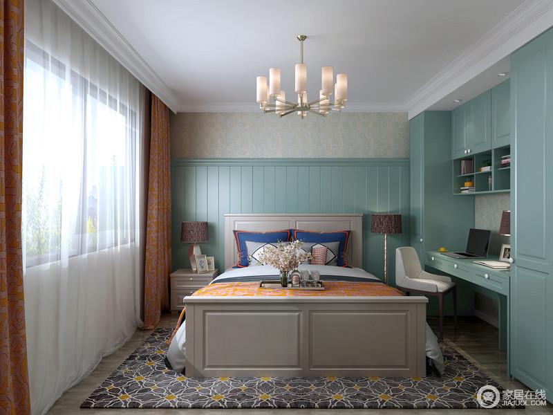 卧室白色吊顶搭配简欧吊灯,填补了空间的空白,蓝色定制的床头背景墙和衣柜让两居雅致而具有功能之美;橙色花纹窗帘与黑色碎花地毯组合,让空间满是色彩张力,多颜值,多温馨。