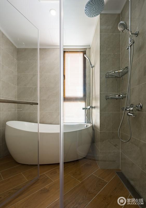 浴室空间虽然不大,但足够放得下浴缸,选择浅色系的瓷砖,清爽干净,还原了一个朴质的沐浴之所,而干湿分离的处理,也让生活多了应有的简单。