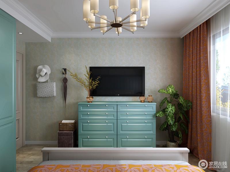 灰青色暗纹的壁纸印刻着简欧的气息,搭配简欧蓝色斗柜、电视机等,让主卧也具有娱乐性。