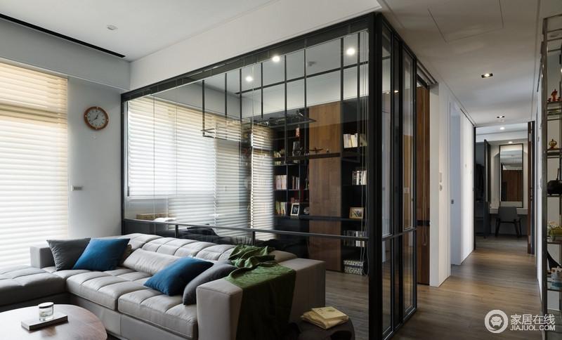 设计师为了让每个空间具有自身的特性,利用玻璃将其分隔与连同,不影响空间采光;悬挂架与定制得独立书柜足够实用,给予空间不一样的工业艺术,却满是文艺气息。