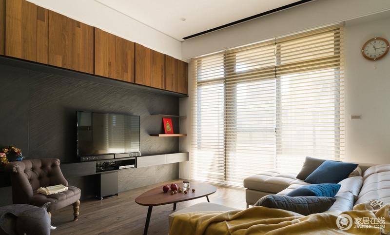 以窗面导引采光入室,让整个客厅区光线流通无阻,凸显通透的空间感,使室内明亮温馨。