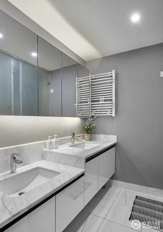 把卫生间和主卧的墙打破重建,扩大了卫生间的空间,错落的两个洗手台,同时兼顾了大人和孩子的身高;电热毛巾架的设置使毛巾在通风不足的环境也能保证干爽整洁,三室分离的设计使功能之间互不干扰,满足了三代同住的需求,镜柜的设计富有时尚感又满足了功能性。