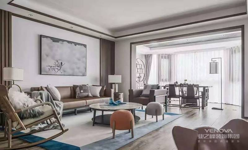 空间整体以白色和木色为基调,局部采用知性、优美的重色进行点缀,自然而清爽。