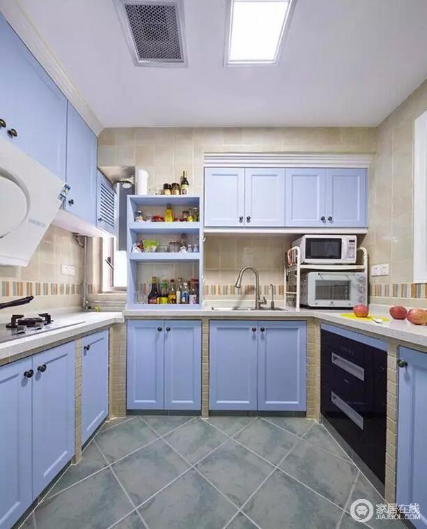 厨房以灰蓝色仿古砖铺贴地面,并以菱形的方式,加重地面的动律,与墙面米色仿旧砖呈色彩对比和线性之美;紫色橱柜定制而成,并巧妙地嵌入墙体结构,规整之余,格外实用。