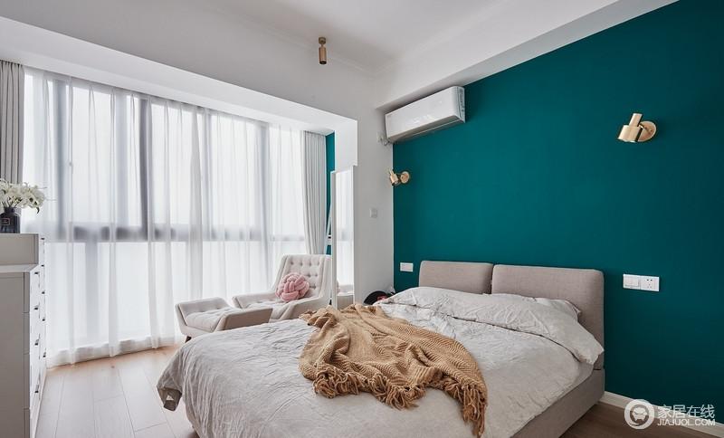 设计师大胆的选用了孔雀绿的背景墙搭配金色的壁灯,和卧室原本寡淡的浅白色基调两相碰撞,形成剧烈的冲击,不显突兀,却反而有种相得益彰的感觉,温馨之中多了几分清新雅致。
