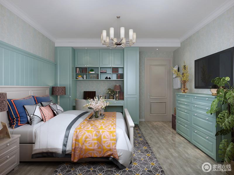 整体空间线条整洁,功能性的设计也特别有条不紊,蓝色衣柜与软装色彩,调和出家的大气。