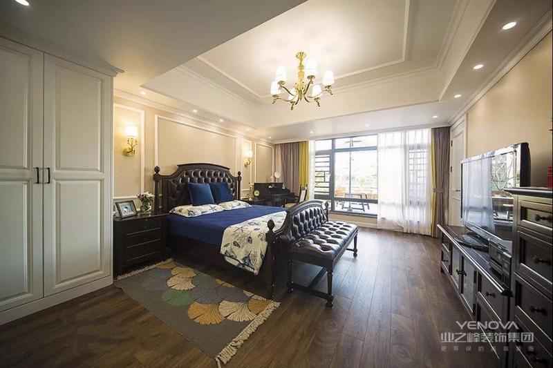 这套265㎡美式整体装修是走清新时尚的路线,颜值极高。家居色调活泼又鲜艳,家具却都是一些比较精致小巧的,看起来很是温馨可爱。而且在实用便利方面也是极好的,玄关柜,餐边柜,电视柜,衣柜,阳台柜一应俱全还各有特色,能储物还很漂亮。