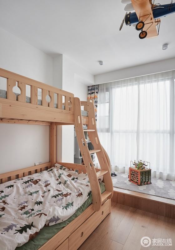 设计师把原木色作为两个小男孩房间的主色调,简单而又归真;把阳台包进房间,打造了一个儿童游戏区,把空间利用率最大化;飞机造型的灯饰、卡通图案的装饰画和黑板,处处透露着设计师的小心机,天真而富有童趣。