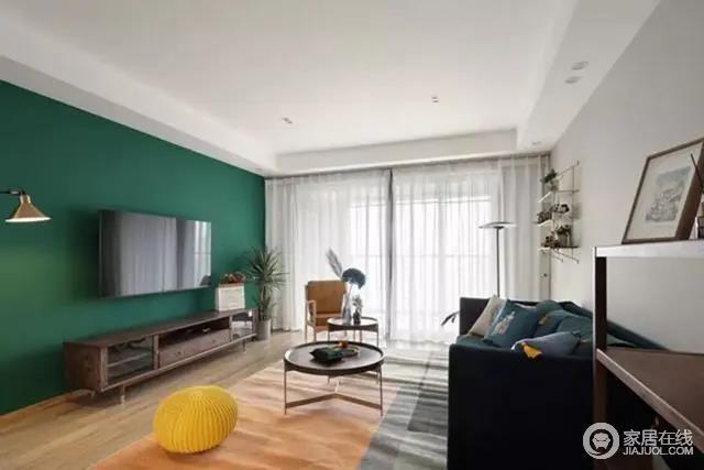 客厅电视墙以绿色与浅蓝色漆来粉刷墙面,让空间形成色彩层次;胡桃木的电视柜,结合两个圆形双拼的小茶几,过道的原木谷仓门,无形中让空间具有几何立体的变化感,充满自然舒适的氛围。