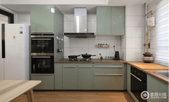 开放L字型厨房整体干干净净,让烹饪的时光很享受,灰绿色的烤漆橱柜使整个空间富有生机感,宽敞美观,开放式厨房设计合理利用空间、增加实用功能。